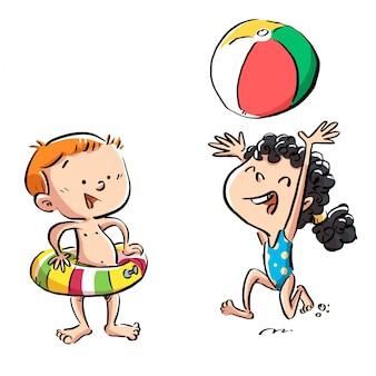 Enfants jouant au ballon sur la plage