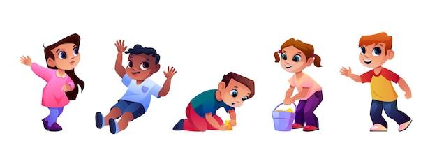 Enfants jouant au terrain de jeu ensemble des enfants drôles