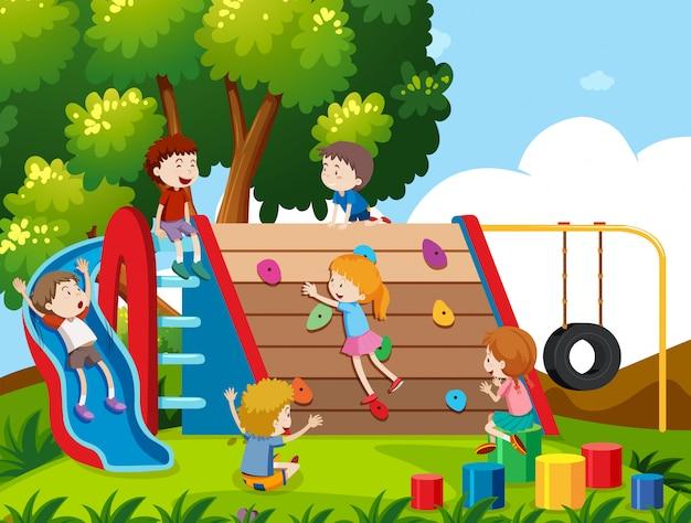 Enfants jouant au terrain de jeu