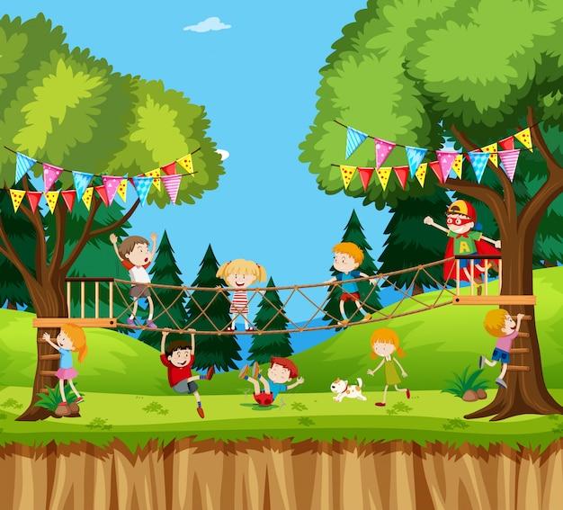 Enfants jouant à l'aventure en corde
