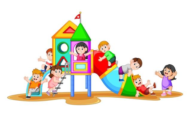 Enfants jouant dans l'aire de jeu avec leur ami aux visages heureux