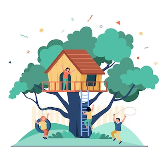 Enfants jouant dans une aire de jeux avec cabane dans les arbres. garçons et filles profitant des vacances d'été, s'amusant dans la maison sur l'arbre.