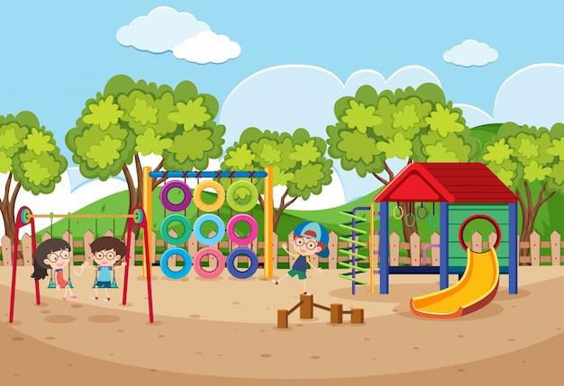 Enfants jouant dans la cour de récréation pendant la journée