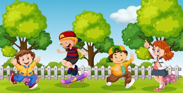 Enfants jouant dans le parc de l'enceinte de l'école