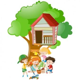 Enfants jouant dans le treehouse