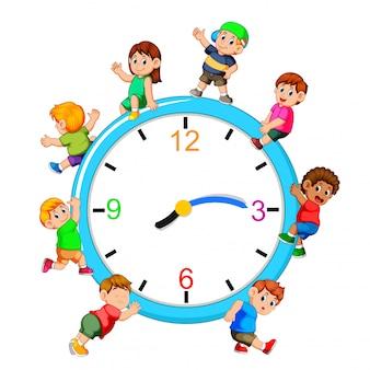 Enfants jouant sur une horloge géante