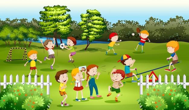 Enfants jouant à des jeux dans le parc