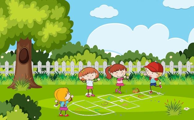 Enfants jouant à la marelle dans le parc