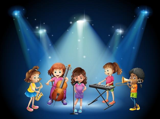 Enfants jouant de la musique en concert