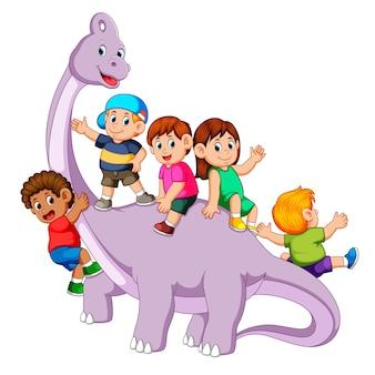 Enfants jouant et pénétrant dans le corps du saurolophus et certains d'entre eux tenant son cou