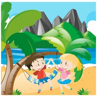 Enfants jouant sur la plage