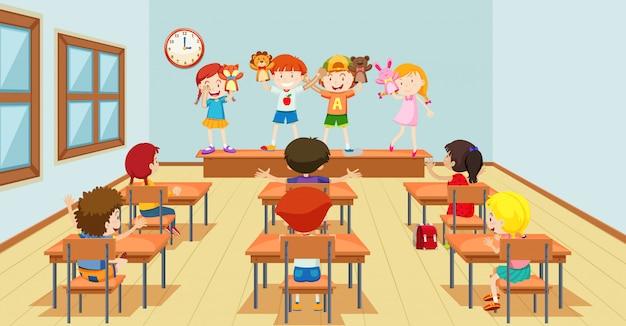Enfants jouant avec la scène de la classe de marionnettes