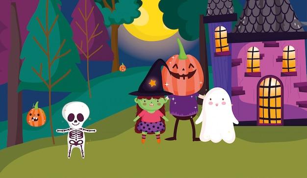 Enfants jouant des tours ou des friandises à halloween