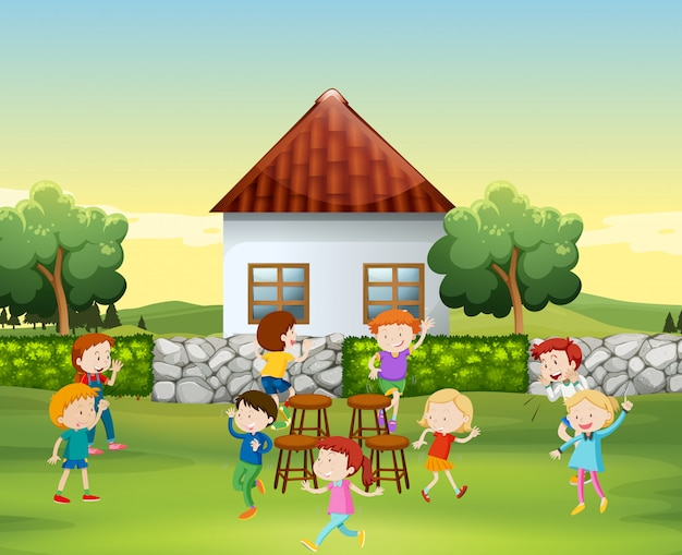 Les enfants jouent de la chaise de musique dans la cour