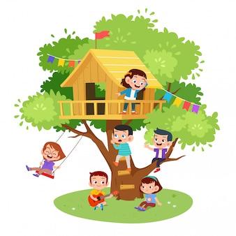 Les enfants jouent dans la maison de l'arbre