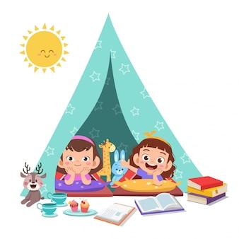 Les enfants jouent sur l'illustration de la tente