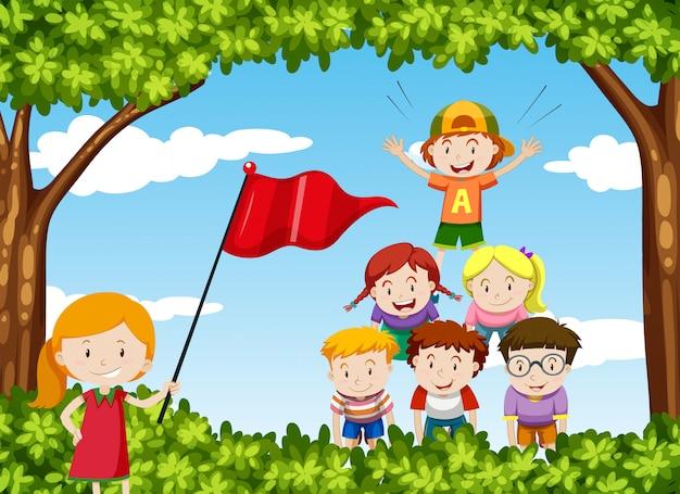 Les enfants jouent à la pyramide humaine dans le parc