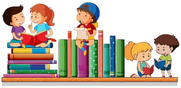 Enfants lisant et jouant avec des livres
