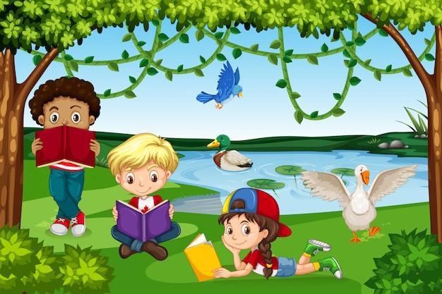 Enfants lisant des livres dans la nature