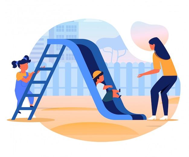 Enfants avec maman sur slide flat vector illustration
