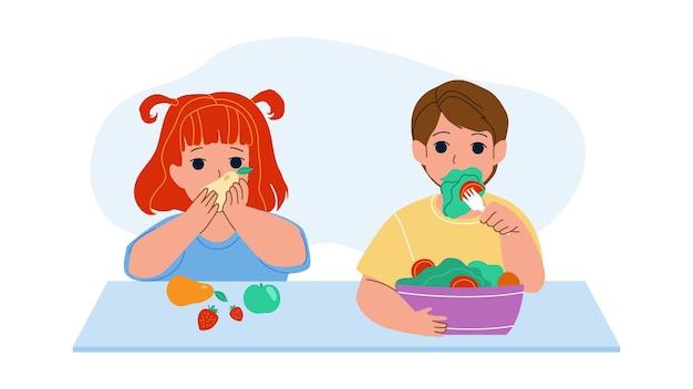 Les enfants mangent des vecteurs de fruits et légumes vitaminés. petite fille mangeant de délicieuses pommes mûres, fraises et poires, garçon goûte la salade de vitamines. personnages, nourriture saine, plat, dessin animé, illustration