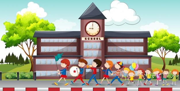 Enfants marchant devant l'école