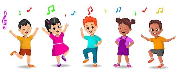 Enfants mignons dansant sur de la musique ensemble