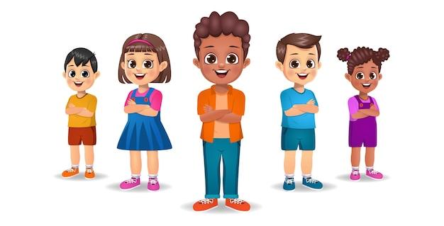 Enfants mignons debout avec les mains croisées