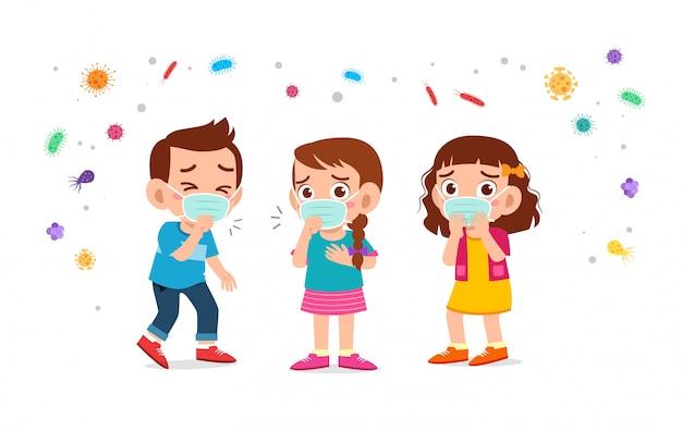 Enfants mignons garçon et fille portant un masque facial