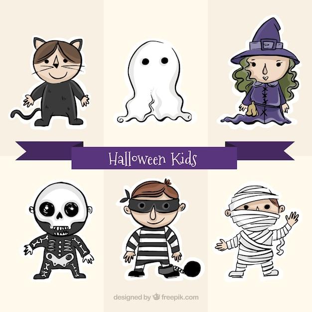 Enfants mignons avec de grands costumes pour halloween