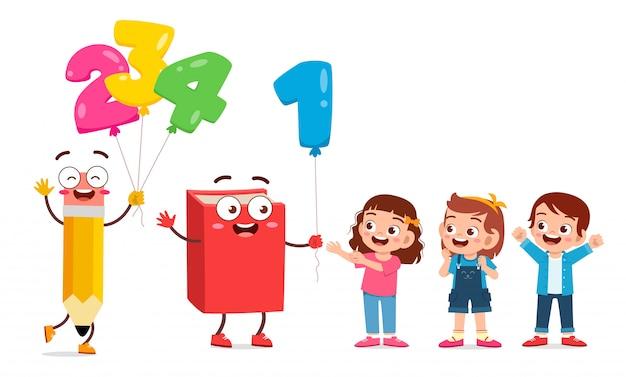 Enfants mignons heureux avec mascotte