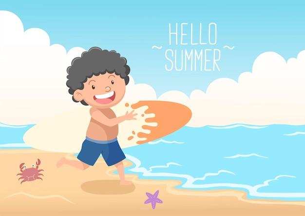 Enfants mignons avec planche de surf bonjour été
