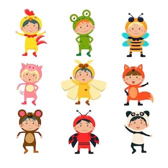 Enfants mignons portant des costumes d'animaux