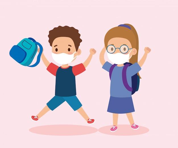 Enfants mignons portant un masque médical pour empêcher le coronavirus covid 19 avec un sac d'école