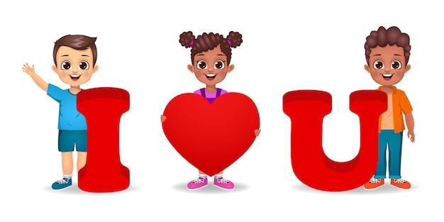 Enfants mignons tenant des symboles je t'aime