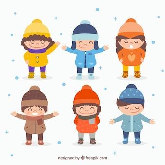 Enfants mignons en vêtements d'hiver