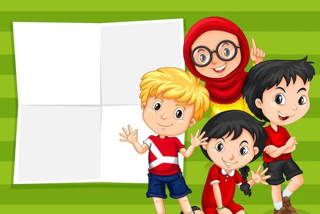 Enfants sur un modèle de note vide