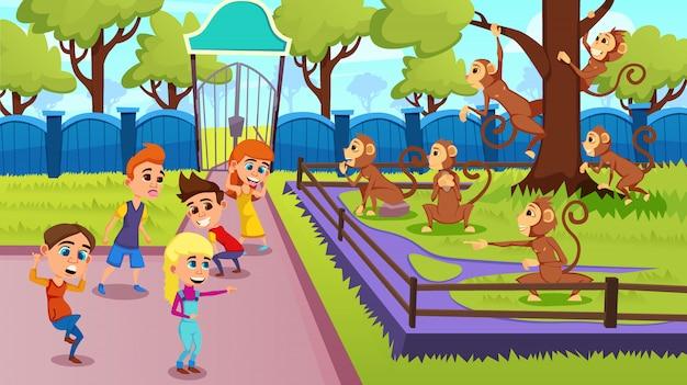Les enfants montrent des grimaces aux singes