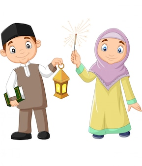 Enfants musulmans heureux avec le livre du coran et la lanterne du ramadan