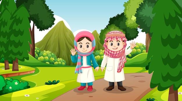 Les enfants musulmans portent des vêtements traditionnels dans la scène forestière