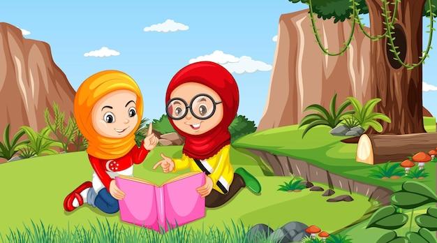 Les enfants musulmans portent des vêtements traditionnels en lisant un livre dans la forêt