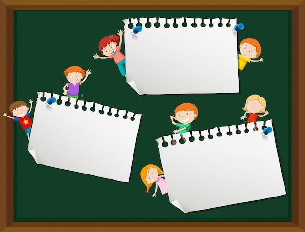 Enfants avec une note vide avec fond