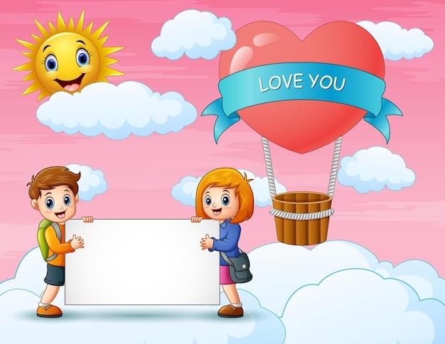 Les enfants sur le nuage et fond rose