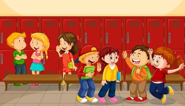 Les enfants parlent avec leurs amis avec des casiers scolaires