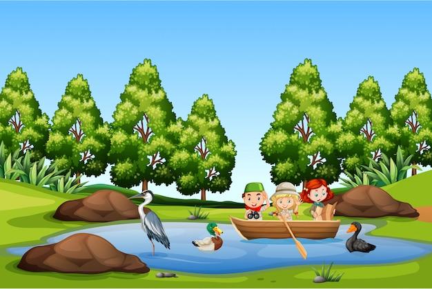 Enfants pédalo dans le lac