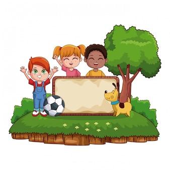 Enfants avec planche de bois vierge au parc