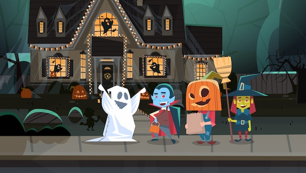 Enfants portant des costumes de monstres marchant en ville tours ou traiter heureux concept de vacances bannière halloween