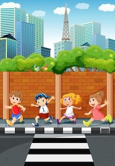 Enfants qui courent sur le trottoir