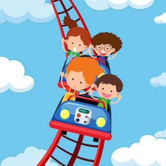 Enfants qui montent des montagnes russes