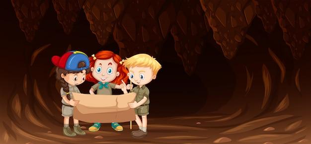 Enfants regardant la carte dans la grotte